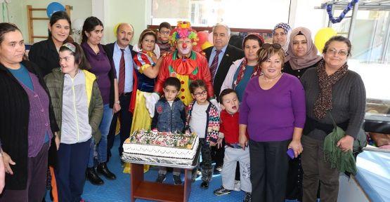 Dünya Engelliler Günü'nü pasta keserek kutladılar