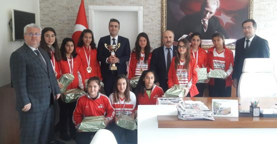 Fatih Ortaokulu Futsal Takımı'ndan zafer turu