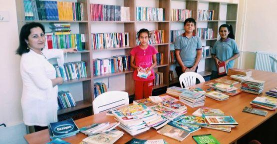 Fatih Ortaokulu'na kitap yağmuru