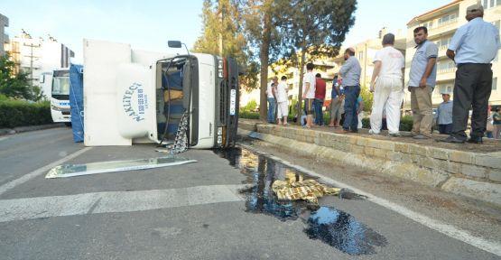 Freni boşalan kamyonet iki araca çarparak yola devrildi: 2 yaralı
