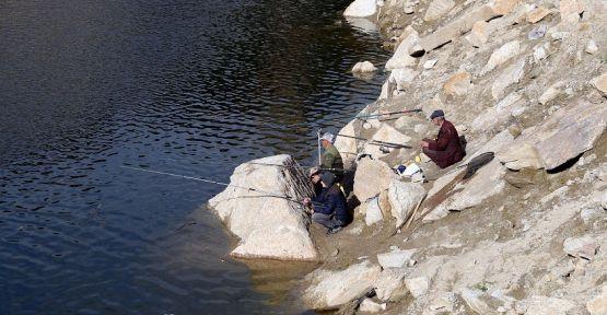 Kirli suya aldırış etmeden balık avlıyorlar