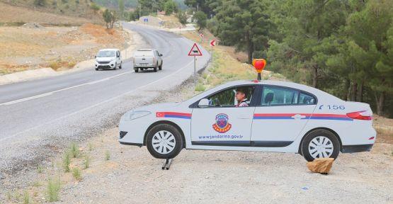 Maketi gerçek sanan sürücü, jandarmanın gitmesini beklerken sabahladı