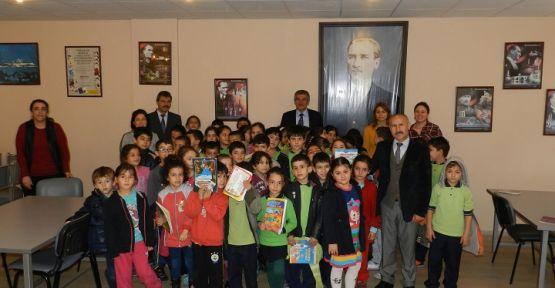 Öğrenciler, halk kütüphanesini ziyaret etti