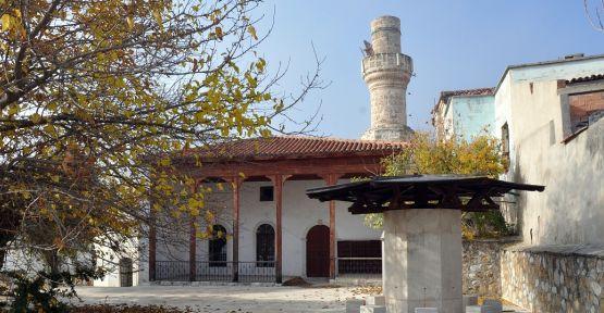 Tarihi caminin minare külahını çalmak istediler