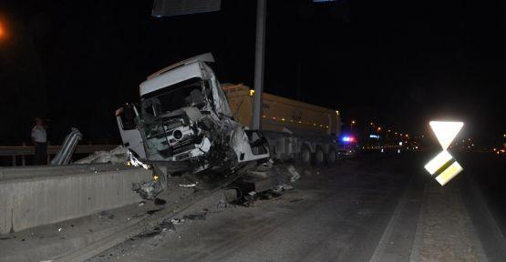 Yatağan'da kamyon beton bariyerlere çarptı