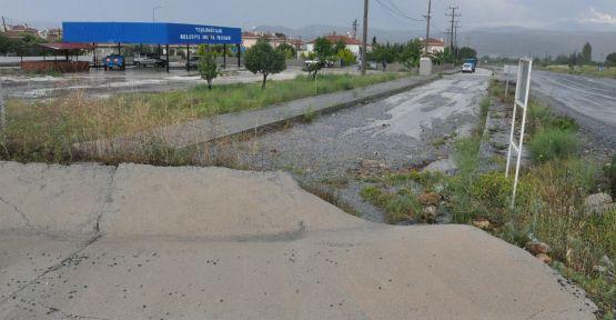Yol kenarından akıtılan su, mahalleliyi bezdirdi