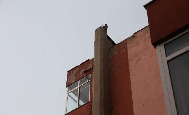 Apartman çatısına yıldırım düştü