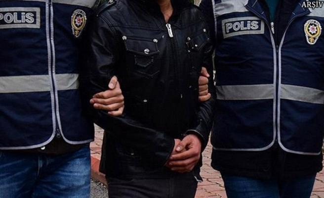 Polis, yakalaması olan şahsı maçı izlerken yakaladı