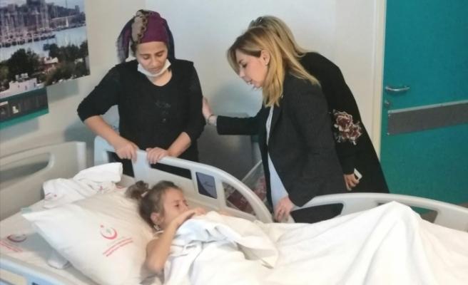 Milletvekili Gökcan'dan kazada yaralanan öğrenciye ziyaret