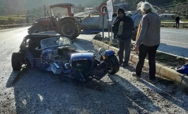 Traktöre çarpan lüks spor otomobilden burnu kanamadan çıktı
