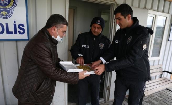 Toksöz'den görevi başındaki polis ve sağlıkçılara ziyaret