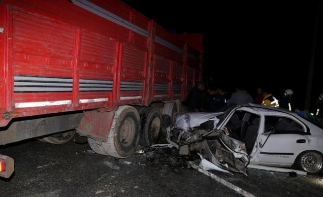 U dönüşü yasak yerden dönen kamyona çarptılar: 1 ölü, 3 yaralı
