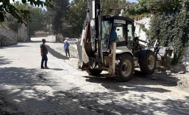 Büyükşehir, Kavaklıdere'nin bozulan yollarını onarıyor