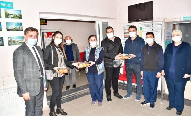 AK Parti, yeni yıla çalışarak giren sağlık çalışanlarını unutmadı