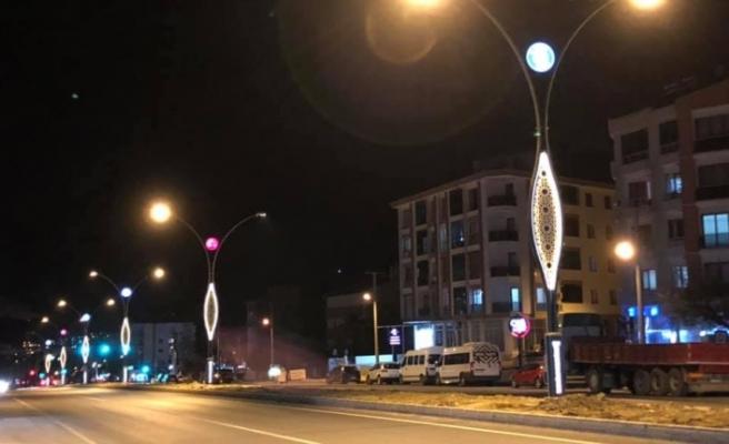 Yatağan'a gelenleri, Türk bayrağı, Atatürk resmi ve belediye logosu karşılıyor