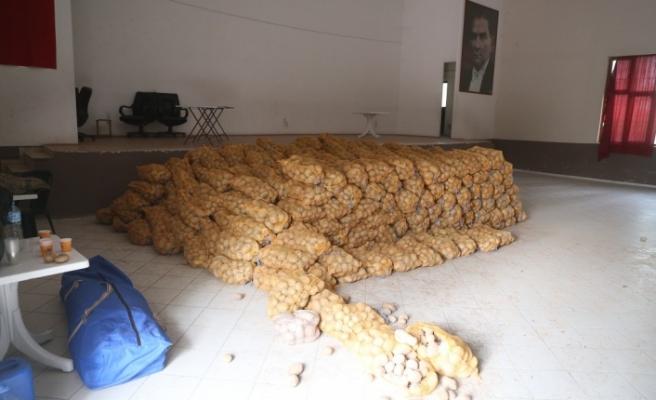 Yatağan'daki ihtiyaç sahiplerine patates dağıtılıyor