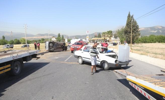 İki araç birbirine girdi: 3 yaralı