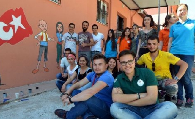 Avrupa'dan gelip köy okulunun duvarlarını boyadılar