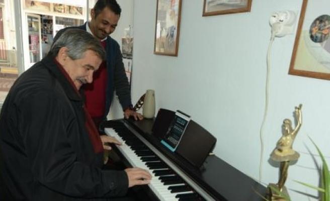 Başkan Işık, piyanistliğe soyundu