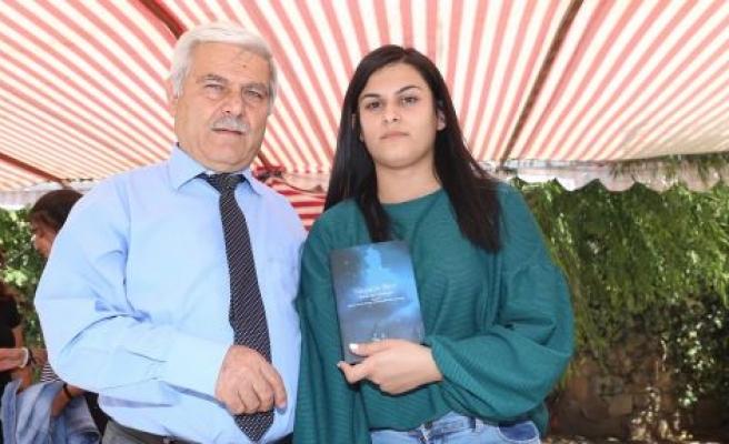 Genç yazar kitabını tanıttı