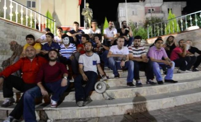 Gençlerden 20 kişilik oturma eylemi