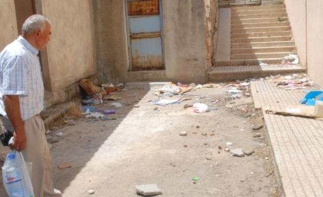 Hükümet Konağı'na Çöp Tepkisi
