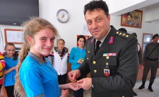 Kamil Yüzbaşı'dan İrem'e Jandarma Rozeti