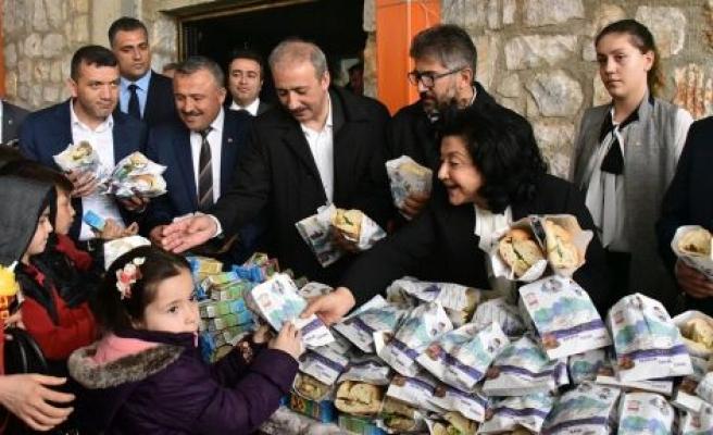 Kavaklıdereli öğrencilere balık ekmek dağıttılar
