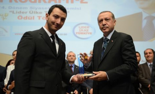 Ödülünü Başbakan Erdoğan'dan  Aldı