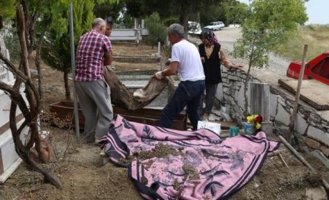 Ölen kızlarını rüyalarında gören aile, 3 yıl sonra kızlarının mezarını değiştirdi