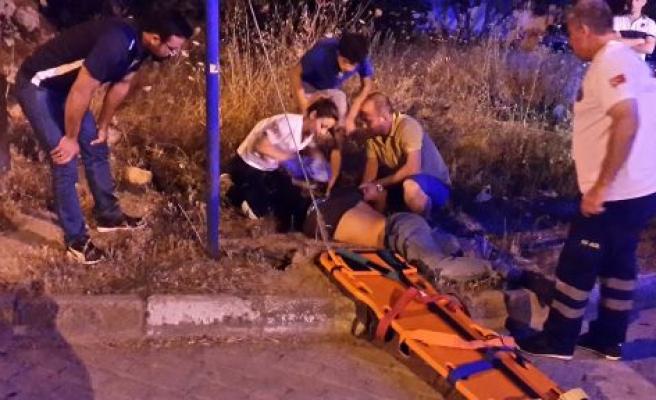 Sokak Arasındaki Kazada 1'i Ağır 2 Kişi Yaralandı