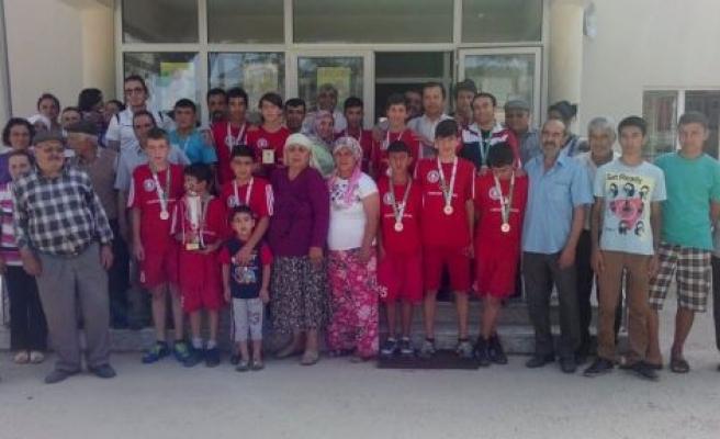 Türkiye ikincisi öğrencilere coşkulu karşılama