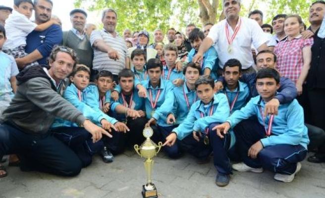 Türkiye şampiyonu çim hokeyciler davul ve zurnayla karşılandı