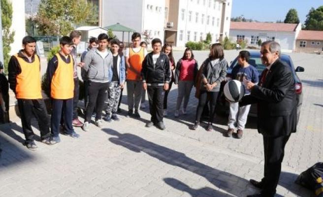 Yatağan Belediyesi'nden okullara spor malzemesi desteği