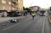 Paket servisinden dönen motosikletli, kamyonla çarpıştı
