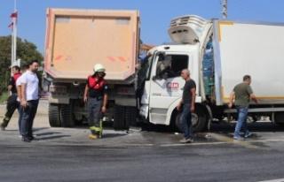 Hafriyat kamyonu nakliye kamyonuna çarptı: 1 yaralı
