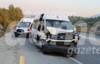 Yolcu minibüsüyle mermer yüklü kamyonet çarpıştı:...