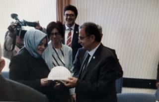 CHP'li Girgin'den Bakan Selçuk'a hediye baret