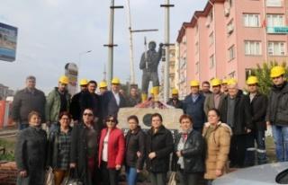 Madencilerin gününü kutlayıp madenci heykeline...