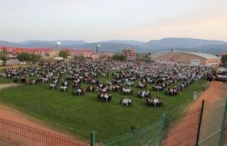 3 bin kişi aynı anda iftar yaptı