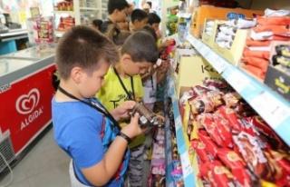 Minik fahri gıda denetçileri, marketleri denetledi