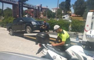 Ters yönden giden ve kaldırıma park edenlere polisten...