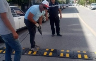Cadde ve sokaklara hız kesici kasisler yerleştiriliyor