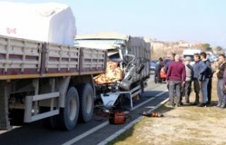 Meyve yüklü kamyonet, mermer yüklü kamyona çarptı:...