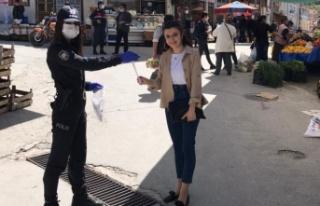 Kavaklıdere polisi, vatandaşa maske dağıttı