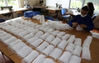 Yatağan'da 3 öğretmen gönüllü maske üretiyor