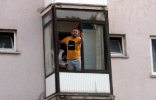 """""""Dur"""" ihtarına uymadı, balkondan polislere:..."""