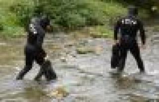 Bomba imha ve Dalgıç polisler Dipsiz Çayı'nda!...