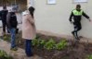Çatıdan düşen emekli öğretmen hayatını kaybetti