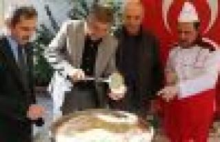 Merkez Camii cemaatinden aşure ikramı